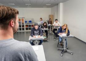 Innovatives Klassenzimmer – besser Lernen durch Bewegung mit Steh-Sitz-Tischen