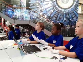 """""""Timster"""" geht mit """"Code4Space"""" auf Weltraummission / Mit Astro-Trainee Dr. Suzanna Randall und neuen Spiel- und Buchtipps (FOTO)"""