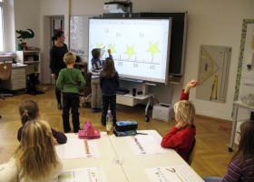 Grundschule 2.0: S.D.L. Süddeutsche Leasing AG spendiert der Thalfinger Grundschule ein interaktives Whiteboard